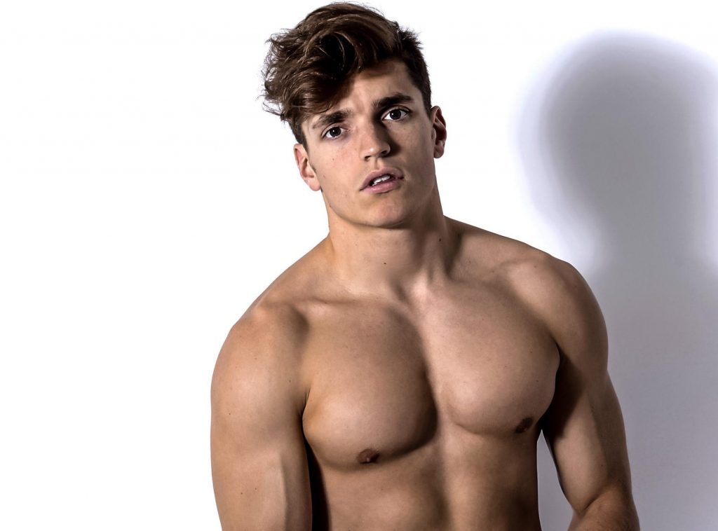 Modèle de fitness masculin nu