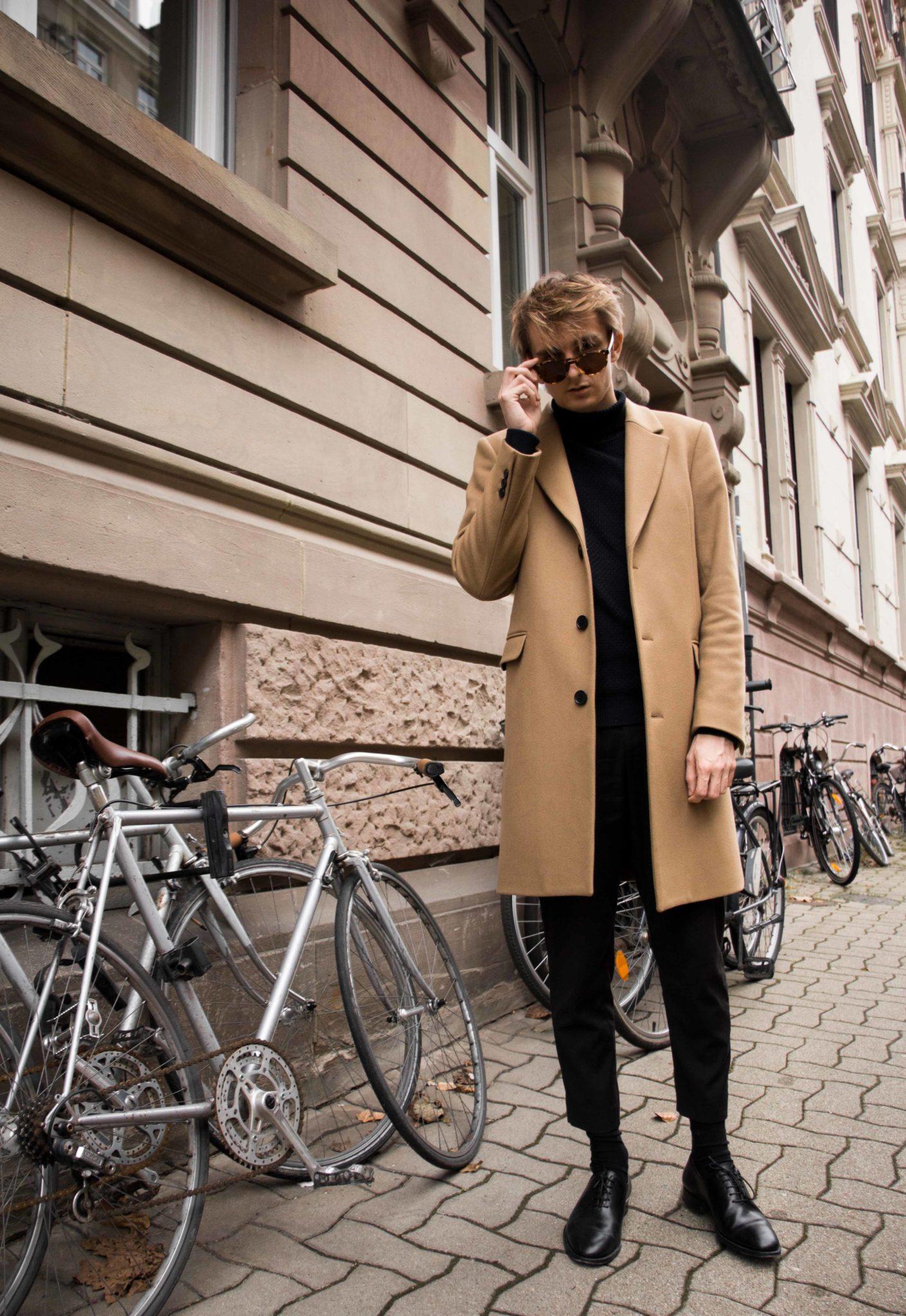 The Camel coat is a must have in your closet ! But how choose it, and wear it ? The answer is in my blog post ! // Le manteau camel est sans aucun doute un indispensable ! Mais comment le choisir et le porter ? La réponse dans cet article sur mon blog.