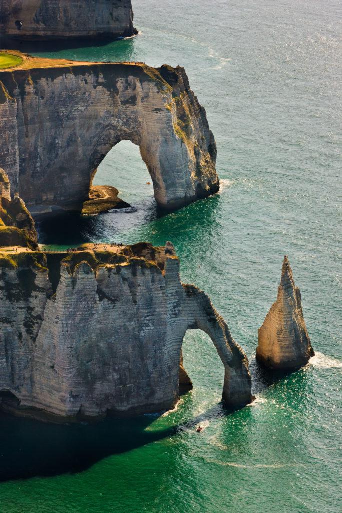 10-lieux-incontournables-découvrir-en-France-etretat-maurice-style-ok